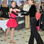 Pokaz tańca towarzyskiego przez młodzież
