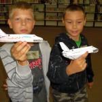 Chłopcy prezentują wykonane promy kosmiczne
