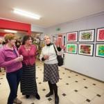 Pani Wanda rozmawia z uczestnikami wystawy