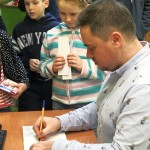 Wręczanie autografu chłopcu