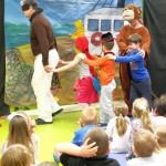 Dzieci z małpą