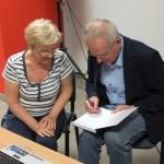 Tadeusz Prusiński dający autograf