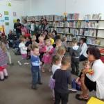 Dzieci spacerują po bibliotece