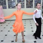 Pokaz tańca towarzyskiego przez starsze dzieci