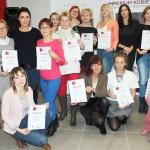 Grupowe zdjęcie z certyfikatami