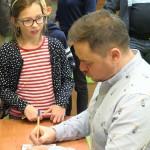 Wręczanie autografu dziewczynce