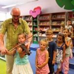 Dziewczynka gra na instrumencie