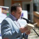 Dyrektor szkoły czytający książkę na głos