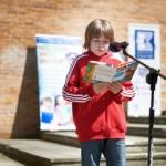 Dziecko czytające na głos
