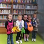 Cztery dziewczynki trzyma zabawki, wśród nicj jeden z twórców
