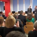 Goście słuchają wystąpienia burmistrza Morąga, przy nim dyrektor biblioteki