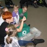 Dzieci uczą się o recyklingu