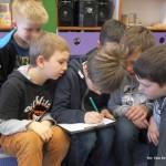 Dzieci biorą udział w zabawie edukacyjnej