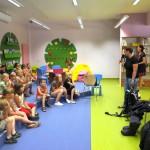 Dzieci słuchają wypowiedzi gościa, obok jeży wyposażenie nurka