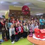 Dzieci i autorzy na tle wystawy