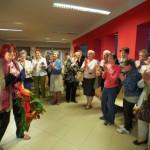 Goście stojąc biją brawo aktorce trzymającej kwiaty
