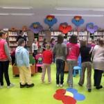 Dzieci w stoją w kółku i wykonują zabawę