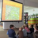 Dzieci oglądają prezentację