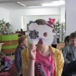 Dzieci ubierają swoje kocie maski