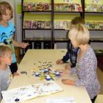 Dzieci składają elementy z klocków