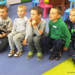 Chłopcy siedzący na podłodze