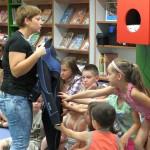 Zaproszony gość pokazuje strój nurka, dzieci go dotykają