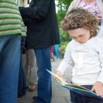 Małe dziecko ogląda książeczkę