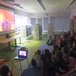 Dzieci oglądają bajkę na ekranie