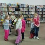 Dzieci uczestniczą w zabawie