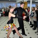 Pokaz tańca towarzyskiego w wykonaniu par przez starszą młodzież