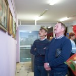 Mężczyźni oglądający obrazy Bogusława Safijańskiego