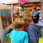 Dzieci przy obrazach