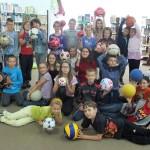 Zdjęcie grupowe dzieci trzymającymi piłki