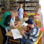 Dzieci tworzą elementy z klocków