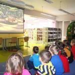 Dzieci oglądające bajkę Andersena