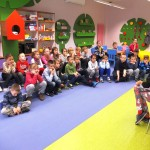 Dzieci siedzące i słuchające
