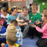 Dzieci przeglądające gazetki