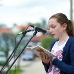 Czytanie na głos przy mikrofonie