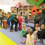 Dzieci w kilkuosobowych grupkach obejmują się