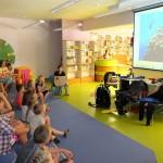 Dzieci oglądają na ekranie pokaz fotografii podwodnej