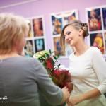 Dyrektor biblioteki wręcza kwiaty organizatorce