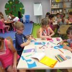 Dzieci i papier na stole