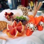 Przyozdobione owoce i słodycze na stole