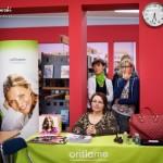 Stylistki przy stole z kosmetykami i albumami