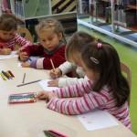 Dzieci zapoznają się z etapami rozwoju pisma oraz zmieniającą się formą książki na przestrzeni dziejów