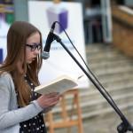 Dziewczyna czyta na głos