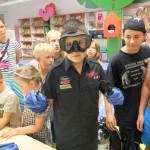 Dzieci oglądają i przymierzają wyposażenie nurka