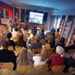 Goście oglądają film