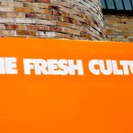 "Napis ""The Fresh Culture"" na pomarańczowym tle"
