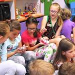 Dzieci z przedmiotami